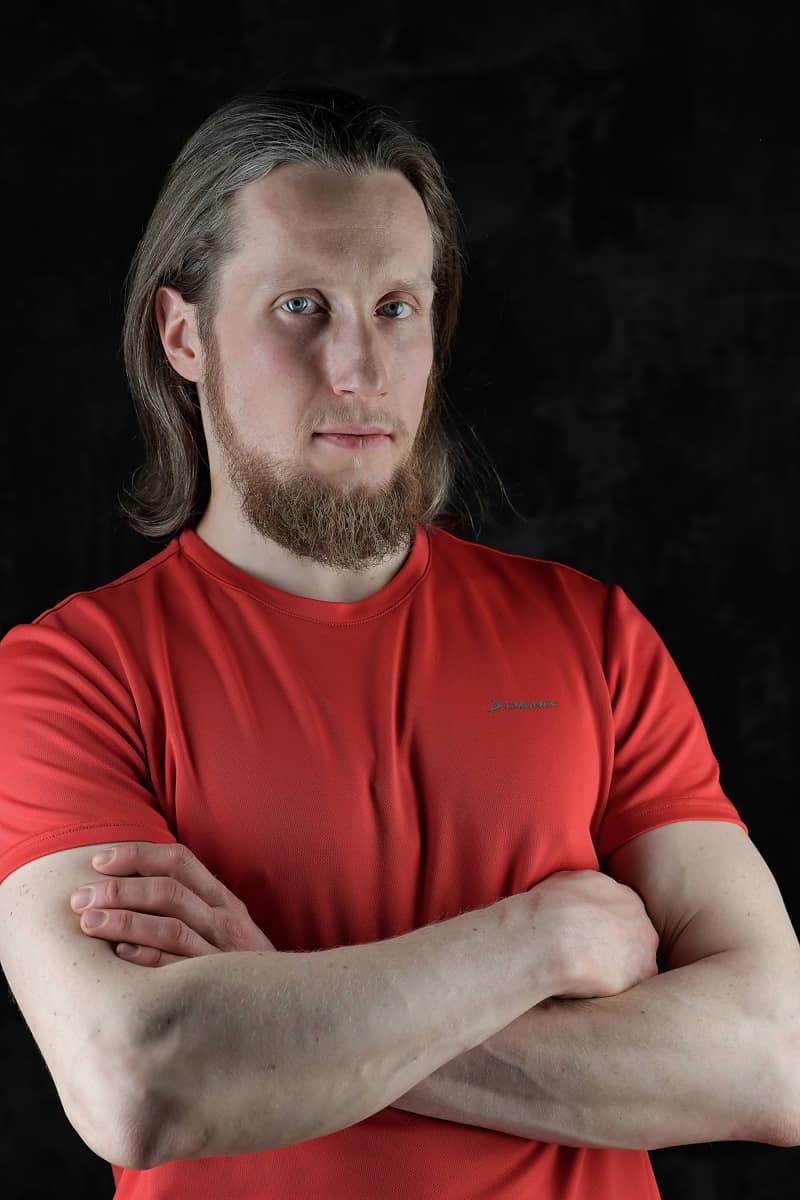Студийный портрет мужчины на черном фоне